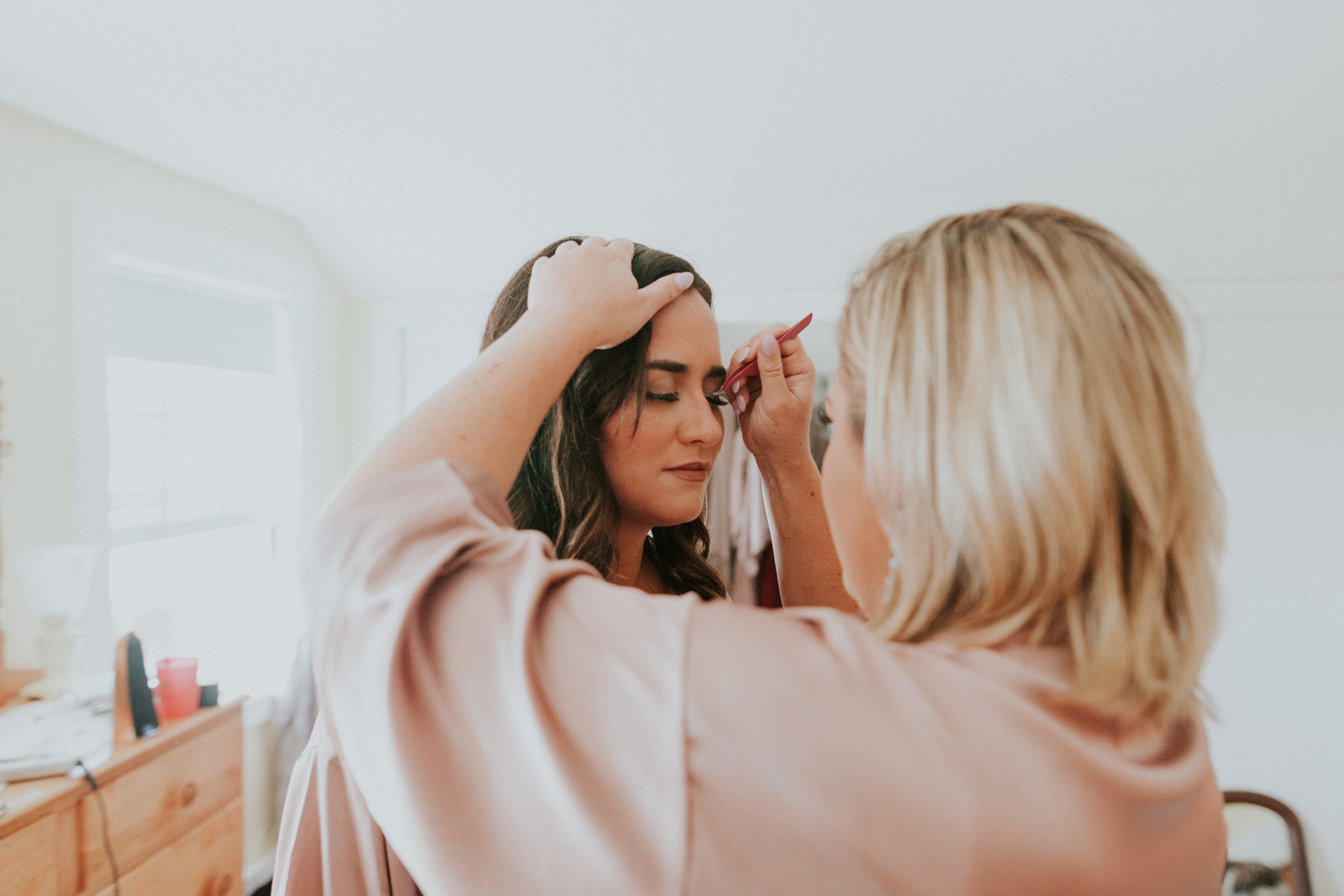 bridesmaids, make up, bridesmaids putting on falsies, bridesmaids in pink robes