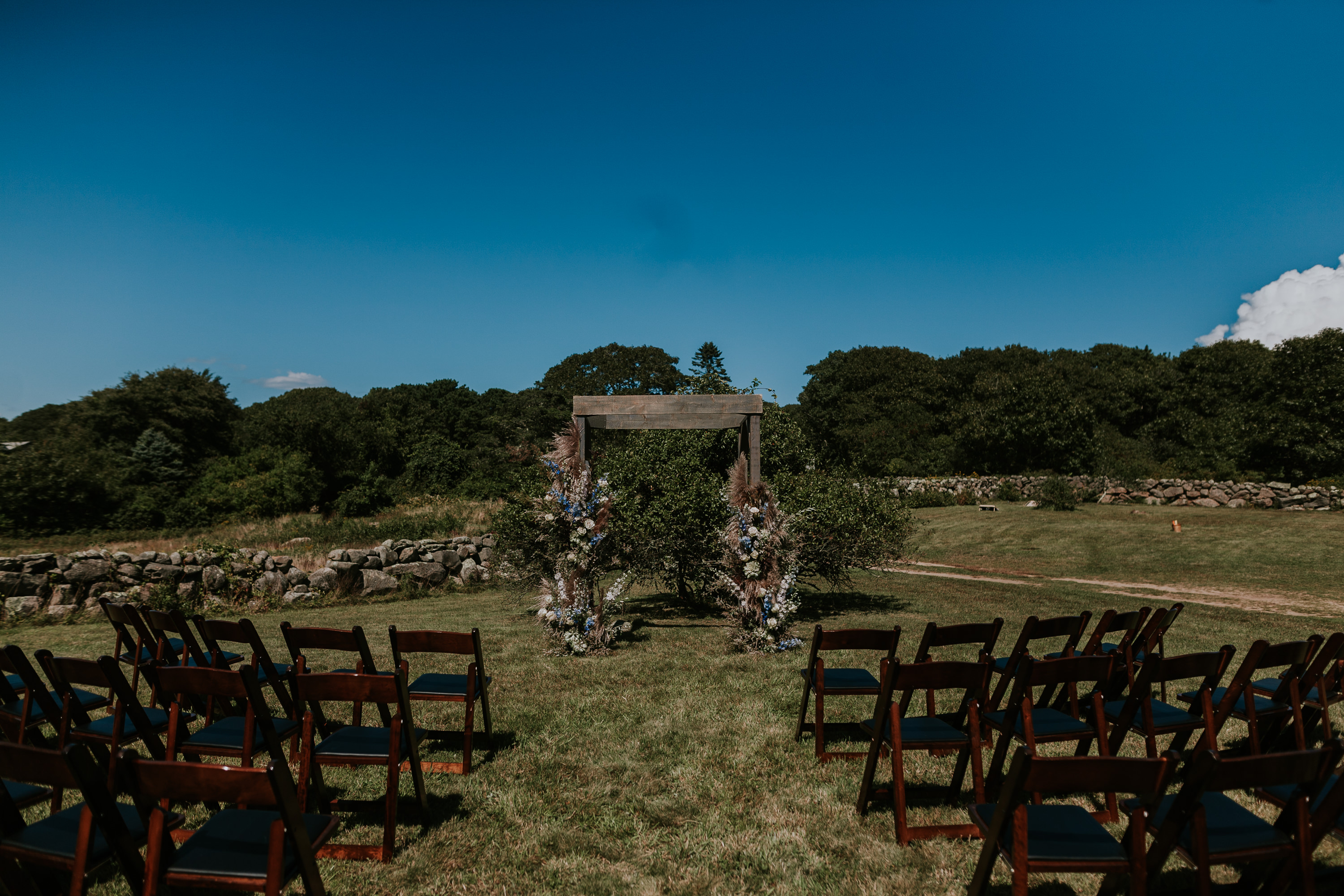 ladies of foret, ladies of foret florals, ceremony florals, martha's vineyard ceremony, floral arch