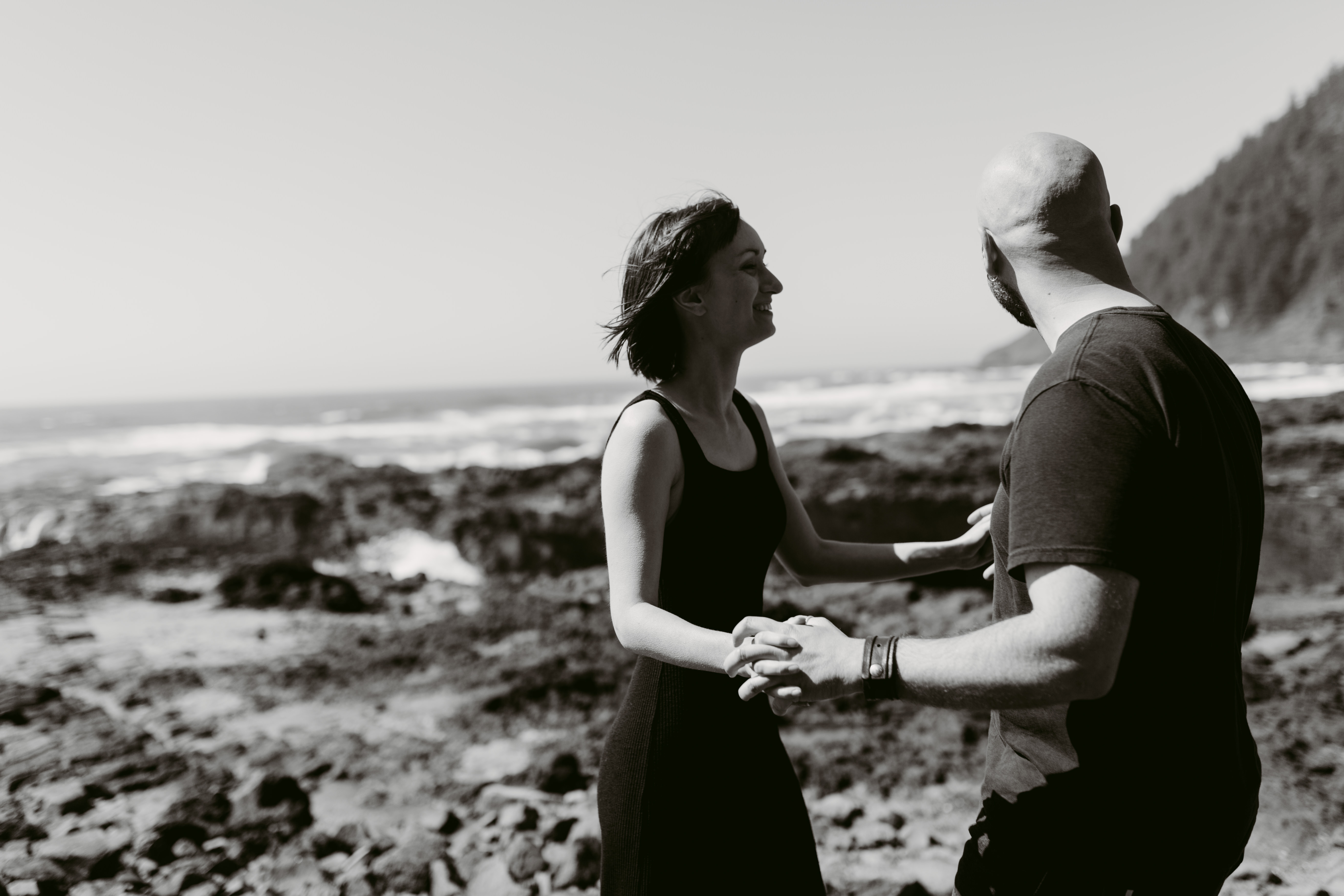 black and white picture on couple on the Oregon Coast