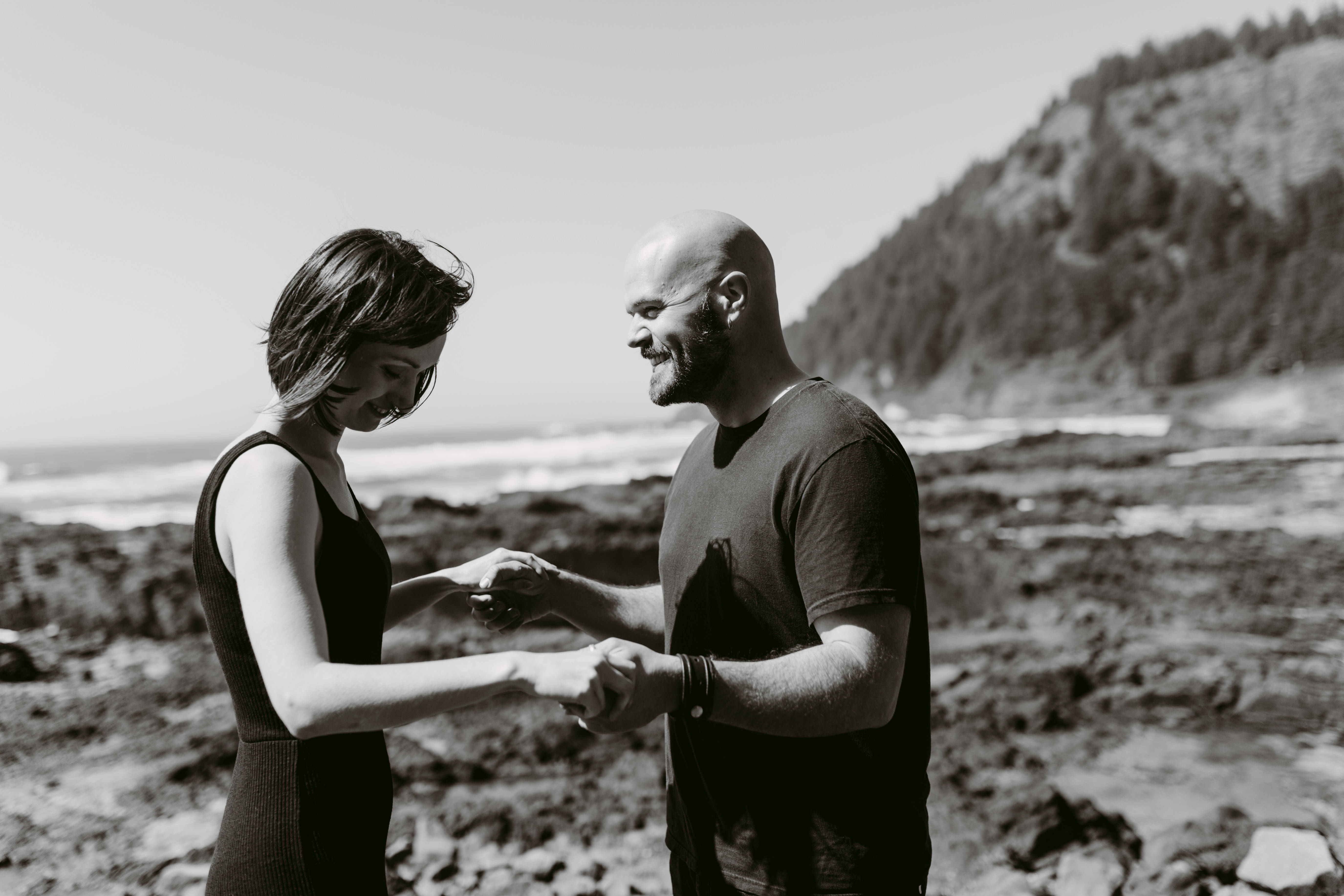 black and white picture of couple on the Oregon Coast